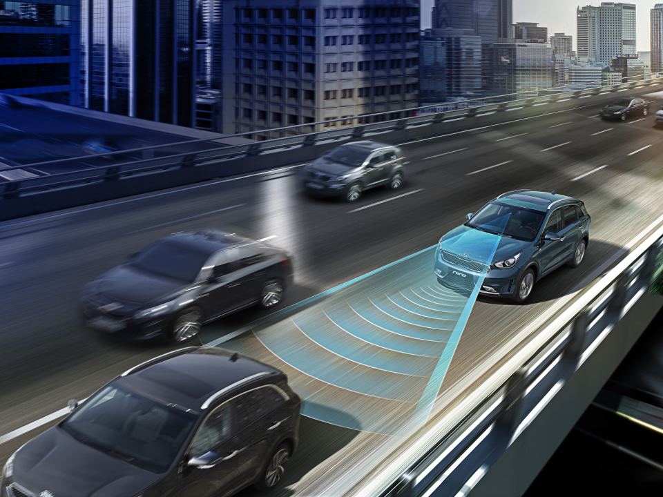 Sistem inteligent al pilotului automat cu funcția de oprire si pornire in funcție de autoturismul din față